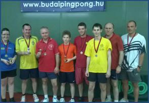 Frisch Ruben középen (narancssárga pólóban)